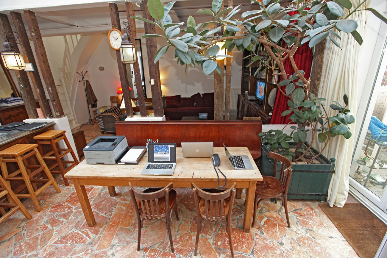 Le Duplex : une vaste table qui peut servir de bureau spacieux et éclairé