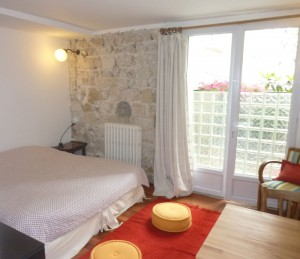 Le mini : small but very cozy, and in the very heart of Montmartre