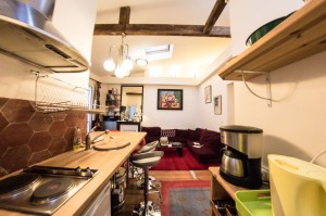 Le Top : Der Salon, Blick von der Küche